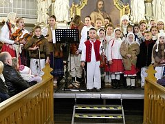 Havířovský Folklorní soubor Vonička v evangelickém kostele v Bludovicích.