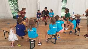 Děti na Lodičkách se doučují o prázdninách rády. Zpívá jim k tomu Angličan.
