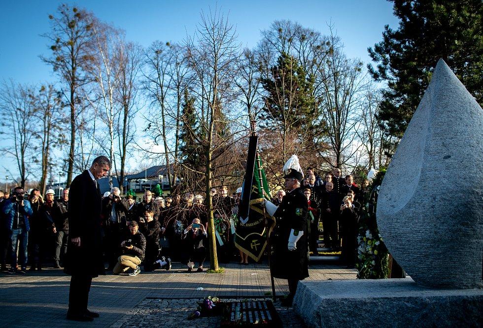 Ve Stonavě se konal pietní akt k uctění památky 13 horníků, kteří před rokem zahynuli v Dole ČSM-Sever při výbuchu metanu. Památku havířů připomíná v centru obce žulový monument ve tvaru slzy, 20. prosince 2019. Na snímku (vlevo) premiér Andrej Babiš.
