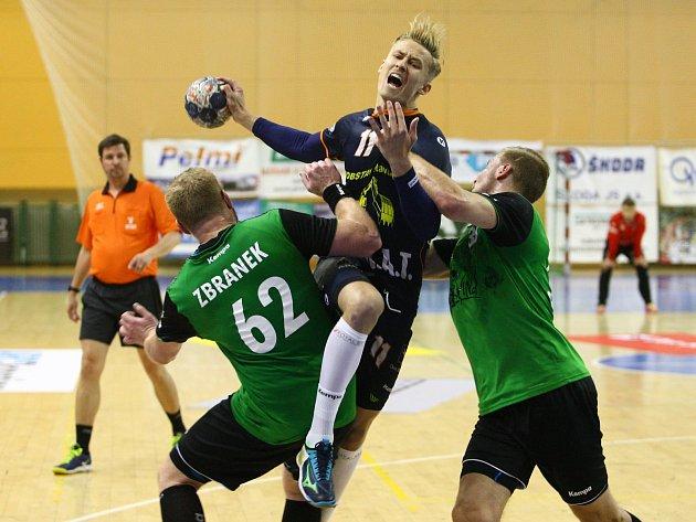 Karvinští (v zeleném) prohráli v Plzni o gól a v neděli si střihnou repete.