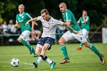 Jediný čestný úspěch dětmarovických fotbalistů v souboji s Třincem obstaral Daniel Řapek (v bílém).