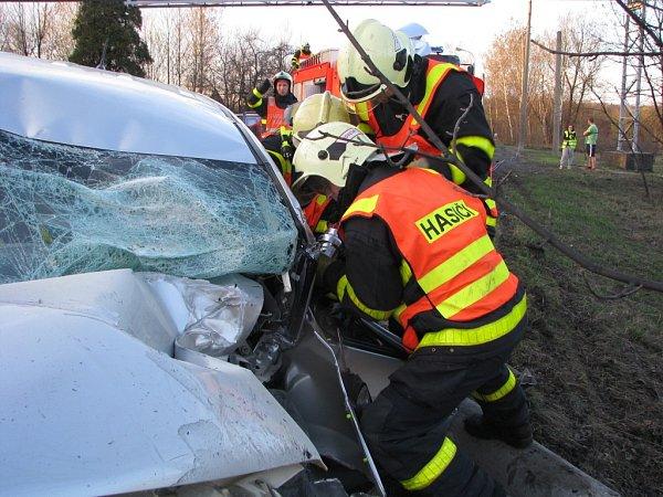 Vážná nehoda na silnici mezi Orlovou a Havířovem. Hasiči museli zraněného řidiče zauta vystříhat.