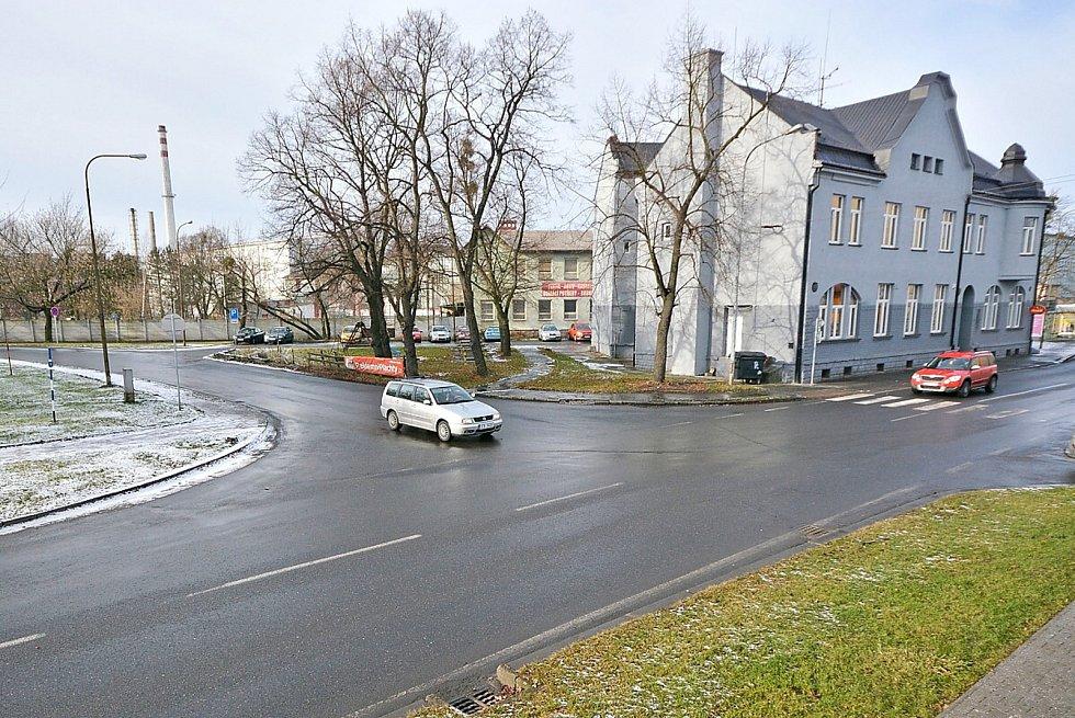 Komplikovanou dopravní situaci na bohumínské křižovatce Bezručovy a Revoluční ulice vyřeší nový kruhový objezd.