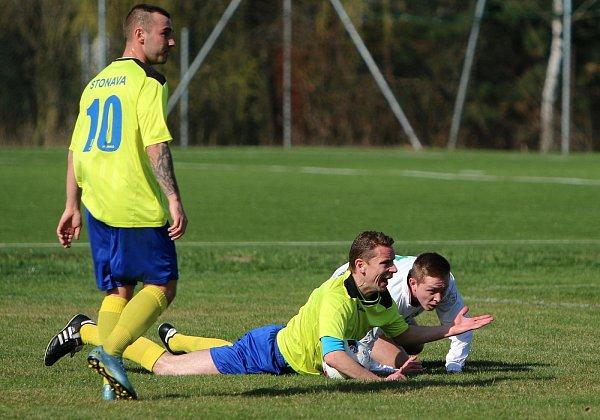 Fotbalisté Stonavy (žluté dresy) porazili doma kolegy zhavířovských Datyní.