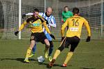 Karvinští fotbalisté (ve žlutém) mají za sebou vítěznou generálku proti Vítkovicím.