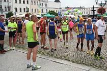 Závodníky od startu na Městském běhu Karvinou neodradilo ani deštivé počasí.