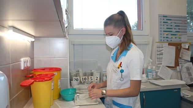 V karvinské nemocnici v Ráji pomáhají v těchto dnech také studenti Střední zdravotnické školy v Karviné , kteří tam vykonávají praxi.