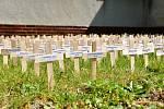 Křížky se jmény 564 obětí válek z Karviné a Fryštátu umístili dva historici počátkem května v období výročí 75 let od konce války a osvobození města před okresním archivem.