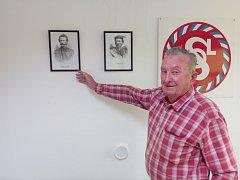 Emil Hamrus před portréty zakladatelů Sokola - Jindřicha Fügnera a Miroslava Tyrše.