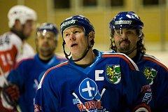 Co jsme to zas provedli? Jako by se ptal kapitán karvinských hokejistů Miroslav Javín po další porážce.