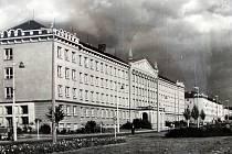 Základní škola Na Nábřeží. Archivní snímek školy z druhé poloviny minulého století.