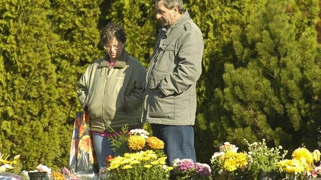 Nejen v Karviné vyrazili lidé o volném dni na hřbitovy uctít památku svých zemřelých blízkých.