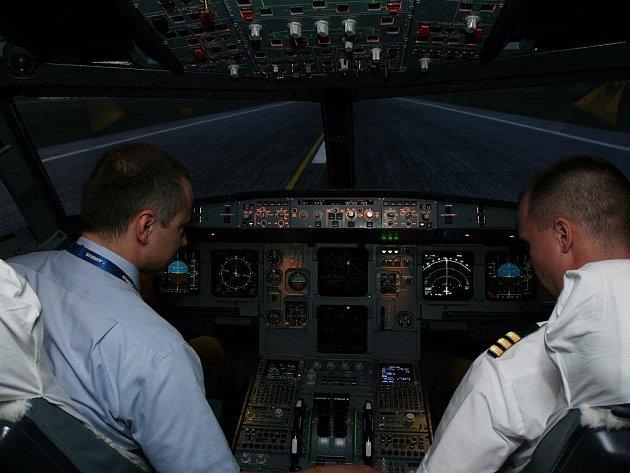 Laserový paprsek může piloty oslnit a ohrozit bezpečnost letu, zvláště pak přistání.