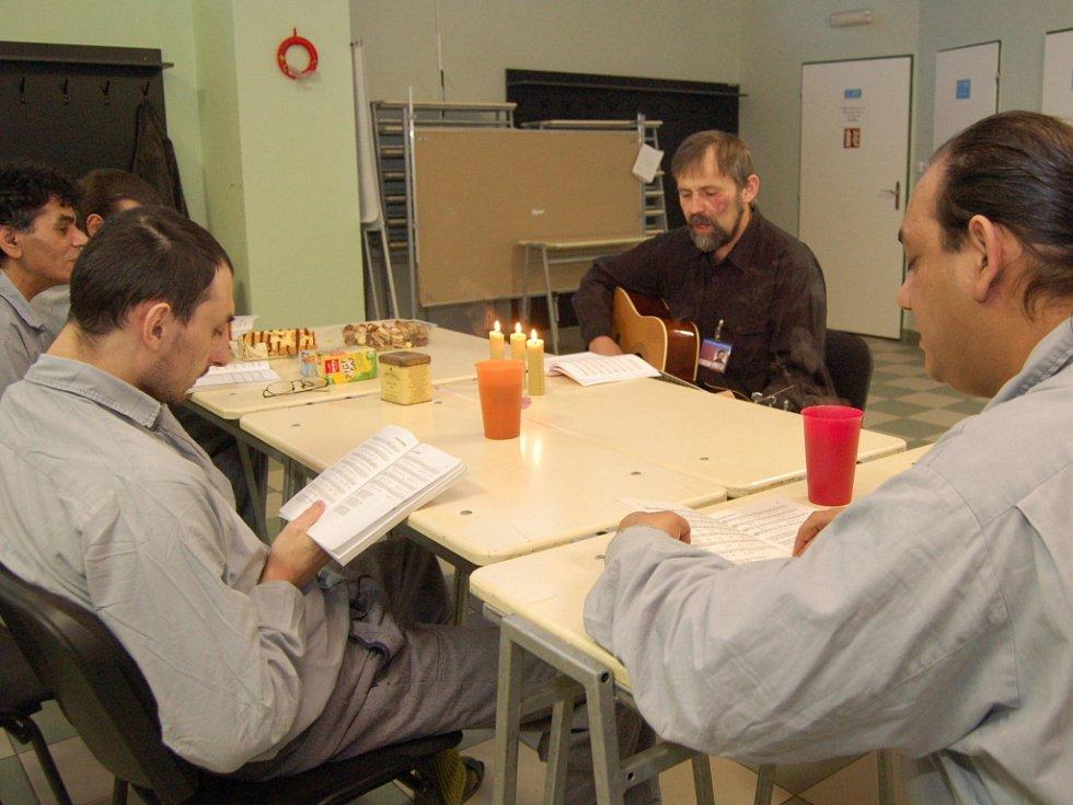 Odsouzení v karvinské věznici trávili Štědrý den odpoledne povídáním s farářem