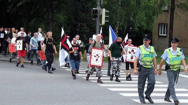 Průvod demonstrantů prošel po chodnících od vlakového nádraží až na náměstí Republiky.