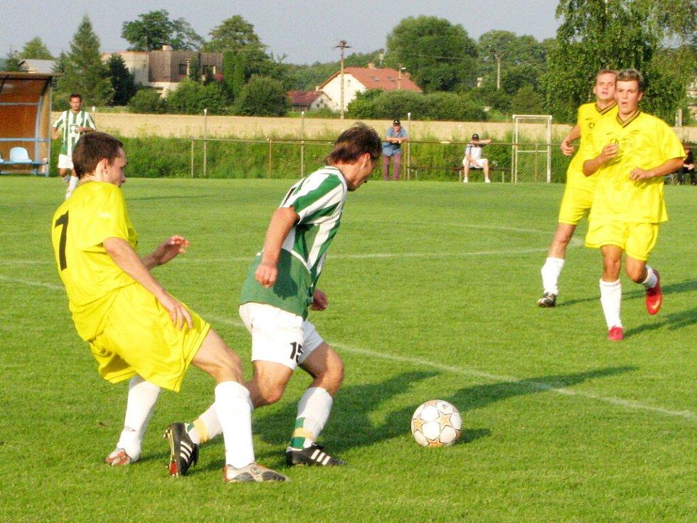 Karvinští fotbalisté (v pruhovaných dresech) vyhráli v Petrovicích 6:2.