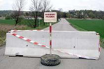 Cestu k hranici zatarasil betonový panel.