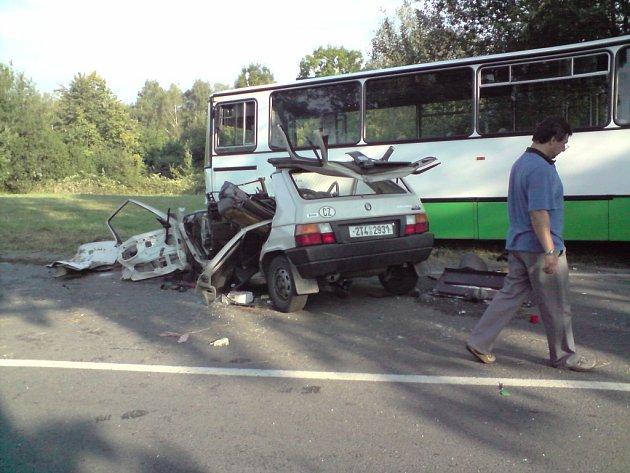 Nehoda automobilu s autobusem v Doubravě