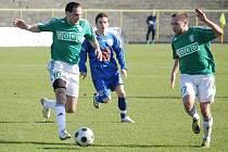 Fotbalisté Karviné Radek Slončík (vlevo) a Vladan Milosavljev tančí čardáš kolem míče. V Čáslavi vytančili bod. Ale žádná legrace to nebyla. Byl to hlavně boj. A bolel.