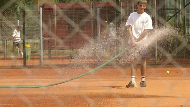 Letní tenisová sezona družstev začala.