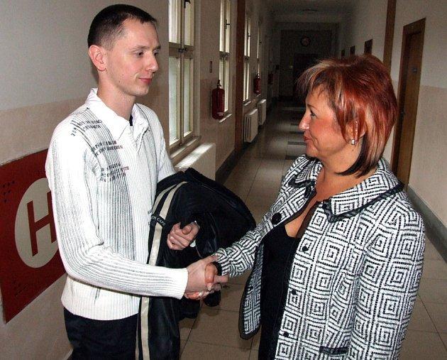 Havířovský strážník Miroslav Ruský děkuje advokátce Marcele Neuwirthové za úspěšnou obhajobu, která mu zachránila práci.