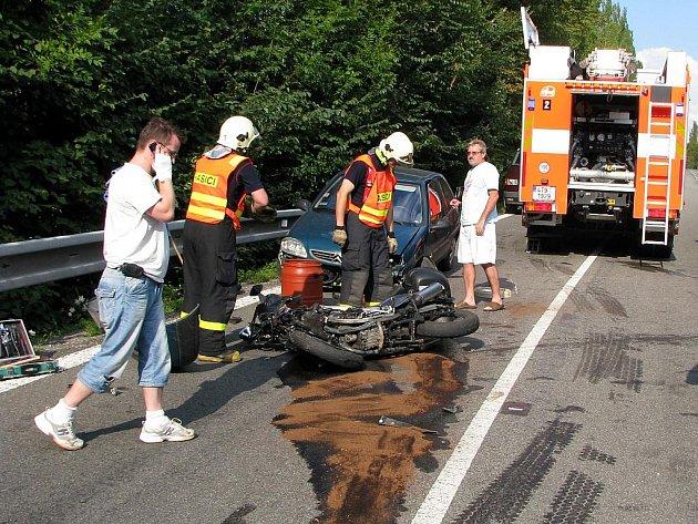 Nehoda motocyklu s protijedoucím osobním automobilem