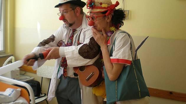 Klauni přináší dětem do nemocnice dobrou náladu.