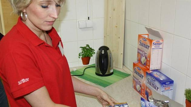 Pracovnice Armády spásy připravuje potravinový balíček
