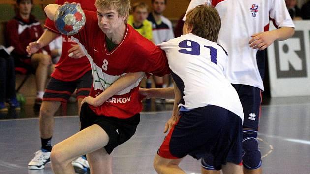 Slavomír Mlotek (s míčem) a jeho spoluhráči tentokrát v lize starších dorostenců prohráli.