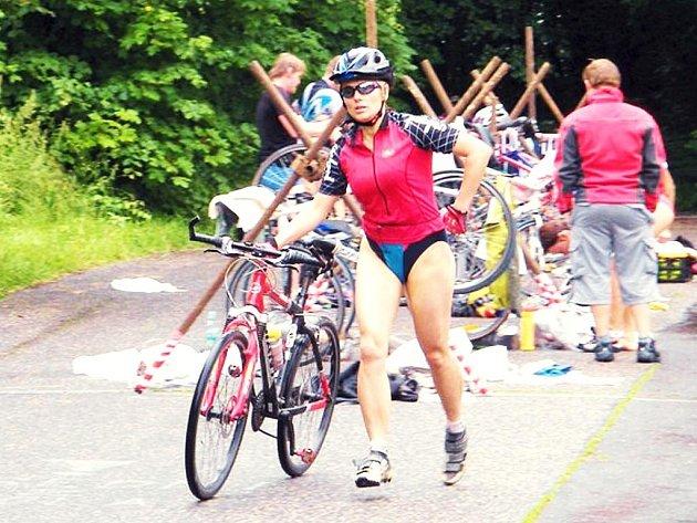 Při přesednutí na kolo a z kola se závodníci snažili ztratit co nejméně času.