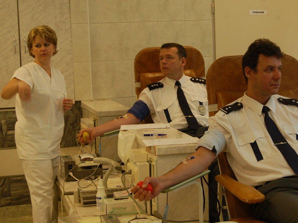 Policisté darovali krev