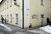 Vandalové se sprejem v ruce se zaměřili na budovy v centru města