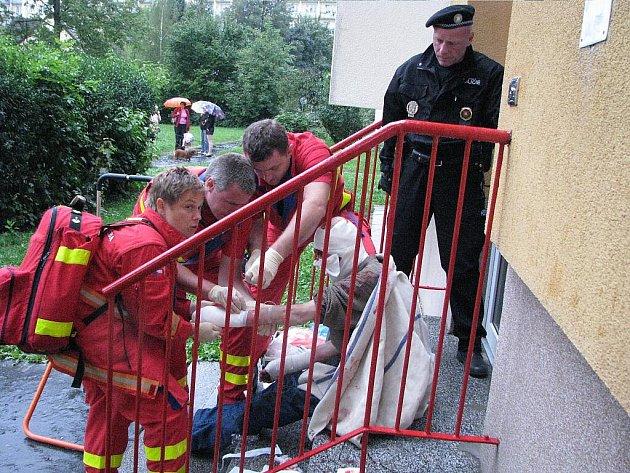 Záchranná akce v Havířově. Zdravotníci ošetřují zraněného muže.