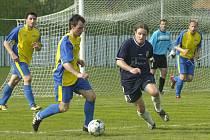 Miroslav Petruňa (u míče) ukončil hráčskou kariéru. Jinak však kádr Stonavy pro jaro posílil.