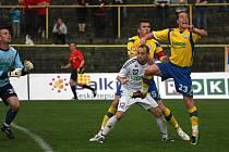 Fotbalisté Karviné (v bílém) zdolali doma po vynikajícím výkonu Zlín 4:3.