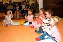 Děti svým rodičům předvedly, co se už při výuce angličtiny naučily.