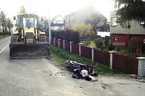 Místo nehody motocyklu a traktorového bagru.