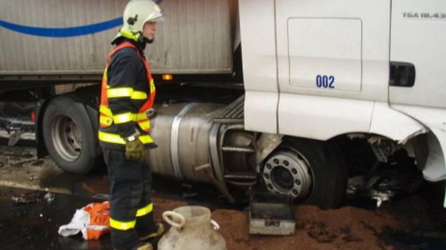 Nehoda kamionu s únikem nafty v Ostravě