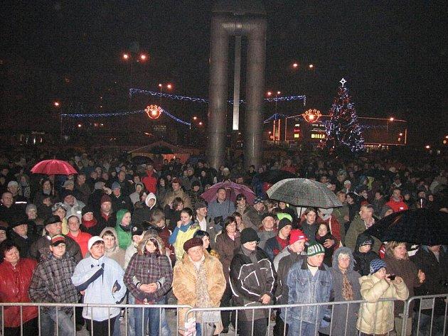 Tradiční půlnoční bohoslužba v Havířově pod širým nebem na Štědrý den se letos poprvé konala přímo na náměstí Republiky.