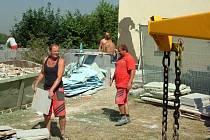 Zatímco oprava uvnitř zámku je ukončena, venkovní práce jsou v plném proudu.
