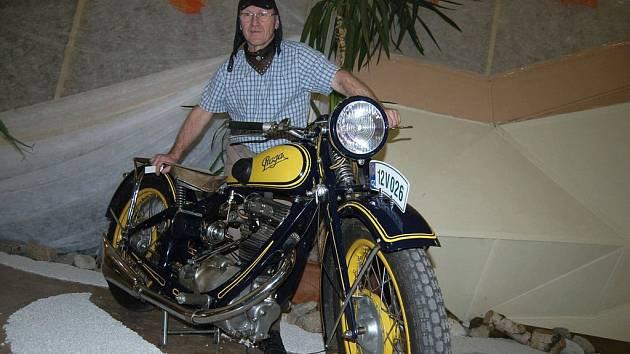 Sběratel Jiří Toloch předvádí jeden ze skvostů své sbírky – motocykl Praga.