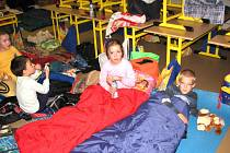 Děti trávily noc ve škole