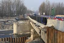 V Karviné byla uzavřena část mostu přes řeku Olši na silnici směrem na Ostravu. Dopravu v místě řídí semafor a jezdí se v jednom pruhu