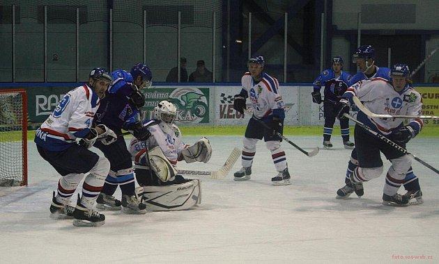 Karvinští hokejisté (v bílém) uspěli ve Valašském Meziříčí.