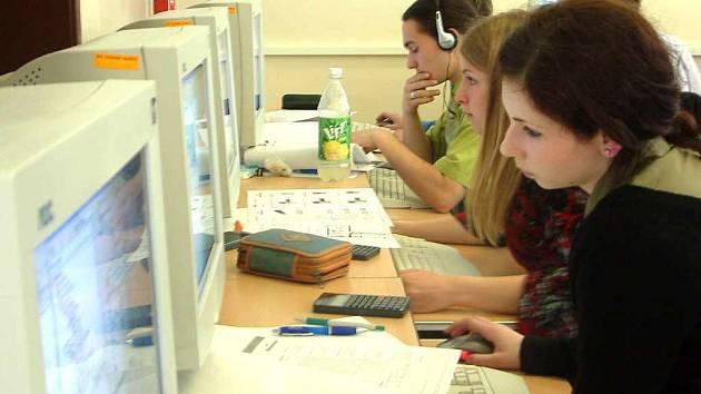 Studenti strávili v učebně při skládání praktické maturitní zkoušky šest hodin.