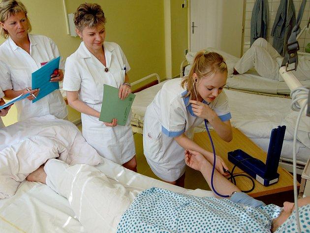Budoucí zdravotní asistentka, devatenáctiletá Izabela Firlová, skládá zkoušku pod dohledem maturitní komise a zdravotnic.