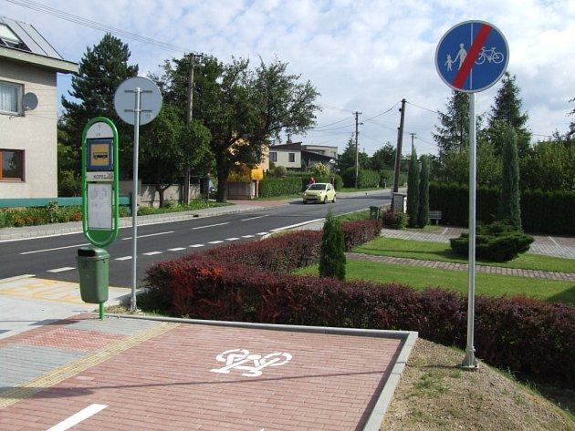 Trasa u nového kruhového objezdu na Bludovickém kopci končí v plotu.