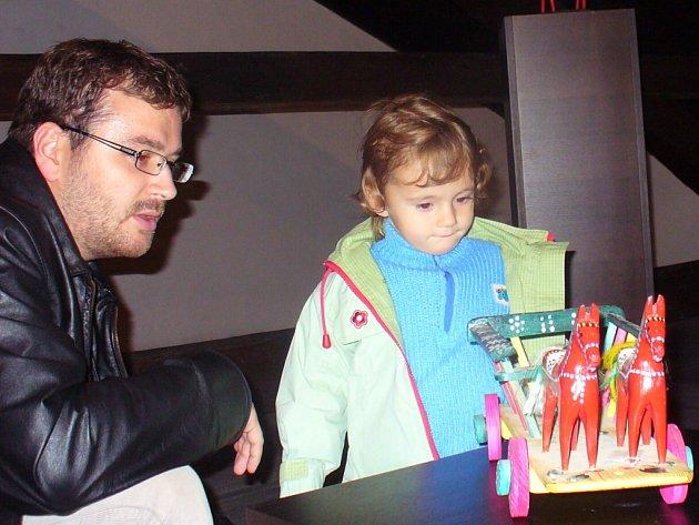 Výstava dřevěných hraček láká k návštěvě malé i velké.