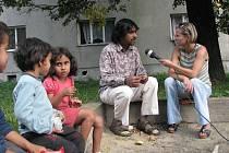 V Horní Suché se učí žít rodiny s dětmi. O návrat do běžného života se snaží s pomocí Kumara Vishwanathana a sdružení Vzájemné soužití