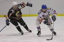 Vrcholí hokejové boje, a to nejen ve druhé lize, ale i v krajském přeboru.